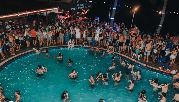 Coral Bungalows ปาร์ตี้ริมสระสุดสนุกที่ เกาะพะงัน